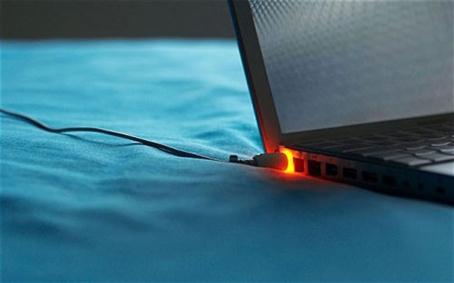 Cam Sac Laptop Khi Pin Da Day Co Gay Hai Khong